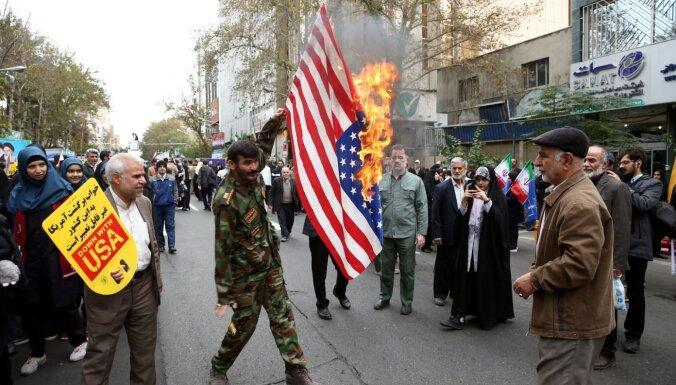 Foto: Irānā atzīmē 40.gadadienu kopš ASV vēstniecības ieņemšanas