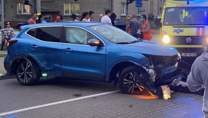 'Volkswagen' auto braucot pie sarkanās gaismas, Ventspilī notikusi avārija