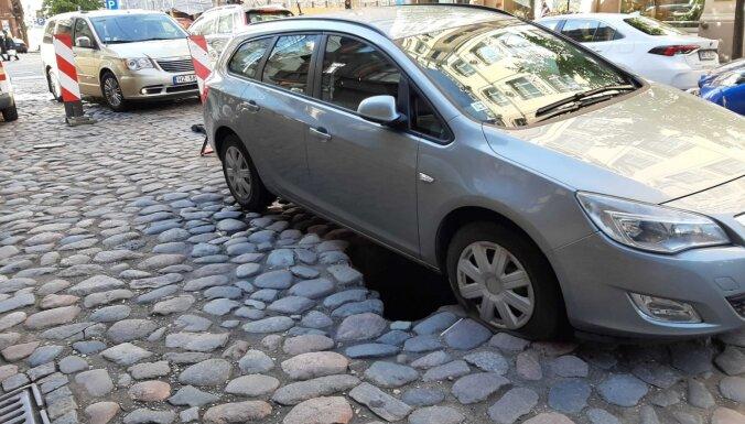 ФОТО: На улице Гертрудес опять провалилась машина, в окрестностях образовалась пробка