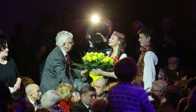 Foto: 'Zelta sietiņa' un 'Dzeguzītes' svētku sveiciens Raimondam Paulam