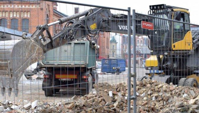ФОТО: На территории Агенскалнского рынка демонтируют киоски