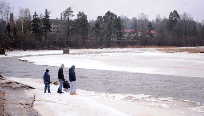 Запрещено находиться на льду рижских водоемов