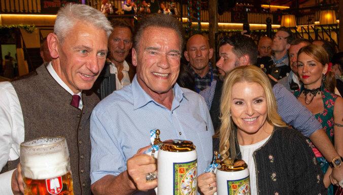 Foto: Švarcenegers kopā ar mīļoto malko alutiņu 'Oktoberfest' dzīrēs