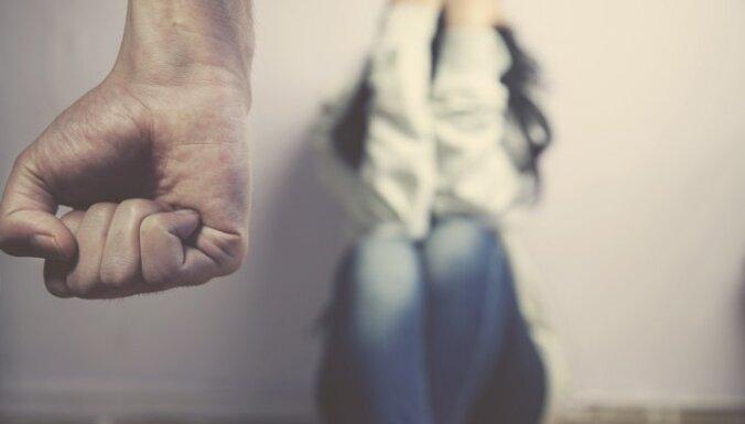 Доклад: в Латвии все еще толерантны к насилию над женщинами, жертвы живут с насильниками