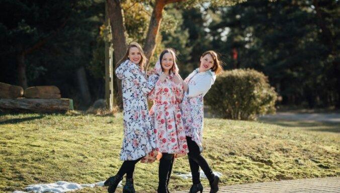 Māsas, draudzenes un kolēģes: stāsts par ģimenes biznesu – neparastu lietusmēteļu radīšanu