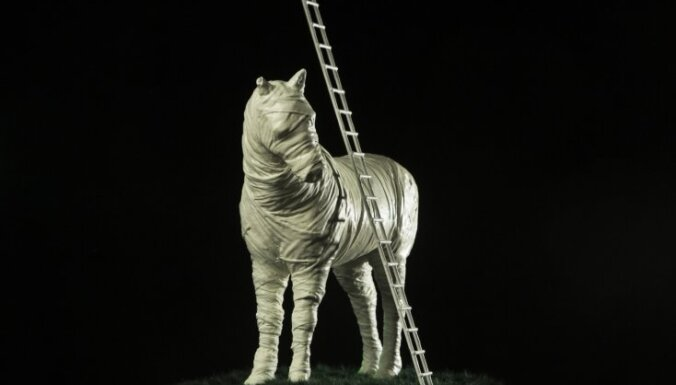 Foto: Liepājā top Daugavpils Marka Rotko centra milzu zirgs