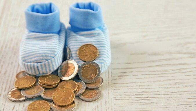 Bezatbildīgi vecāki par uzturlīdzekļu nemaksāšanu valstij parādā 321 miljonu eiro