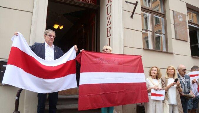 """ФОТО: В Риге в """"цепь солидарности"""" в поддержку народа Беларуси встали почти 400 человек"""