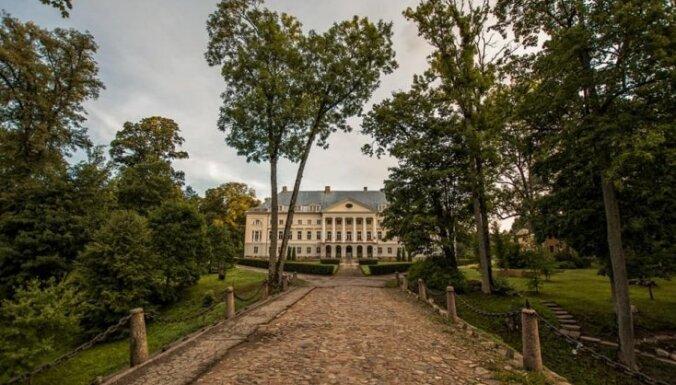 Foto: Pastaiga pa Kazdangas pils parku, kas reiz piederēja Kurzemes baroniem Manteifeļiem