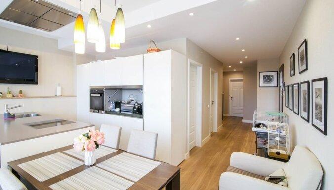 Baltās un brūnās krāsas sajaukumi: gaumīgs mājoklis klusajā centrā