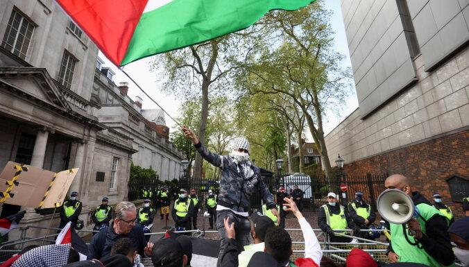 Londonā tūkstošiem cilvēku protestē pret Gazas bombardēšanu