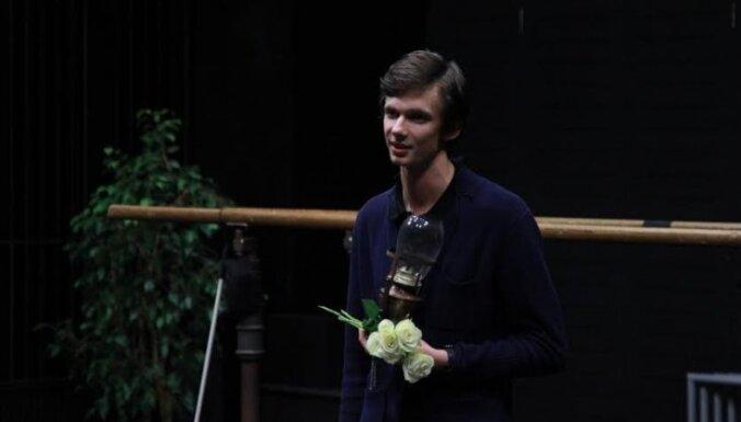 'Patriarha rudens': Balvu par labāko režijas darbu saņēmis Toms Treinis