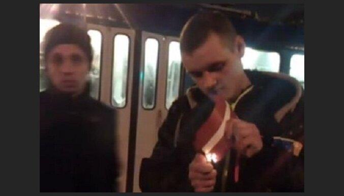 Svētku salūta laikā jaunietis dedzina Latvijas karogu; notikušo vērtē Drošības policija