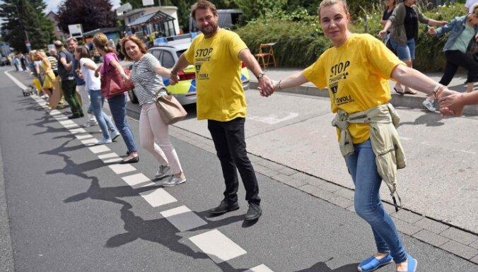 Десятки тысяч европейцев образовали живую цепь протеста длиной 90 км