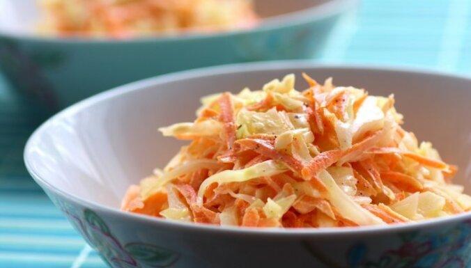 Burkānu-selerijas saknes salāti ar āboliem, ķiplokiem un jogurta mērci