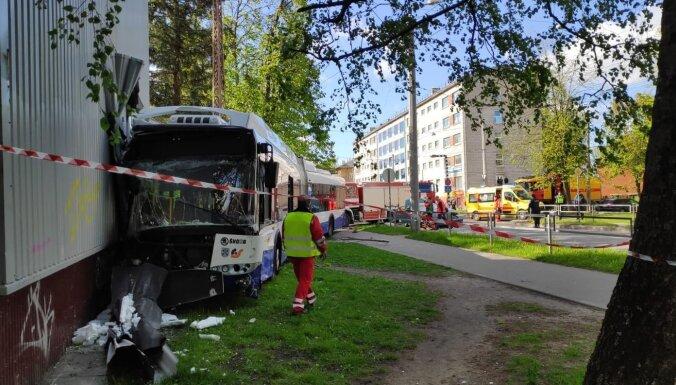 ФОТО. В Кенгарагсе троллейбус врезался в дом, пострадали шесть человек