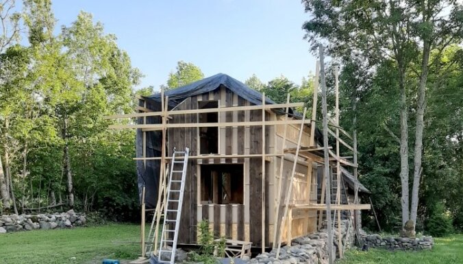 Foto: Pašu rokām būvēta mini māja par 12 tūkstošiem eiro