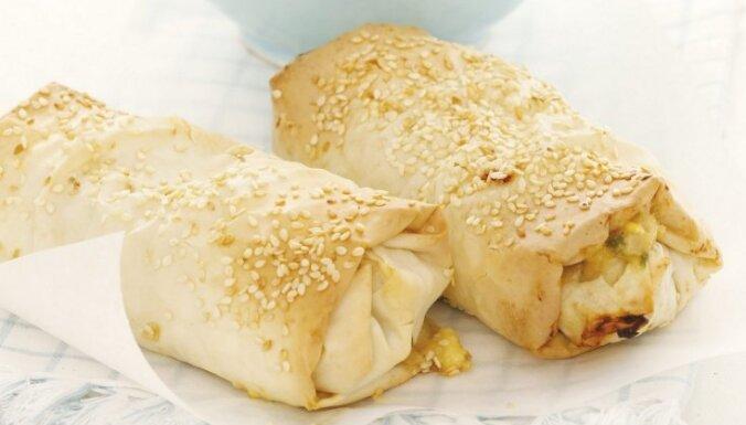 Filo mīklas pīrādziņi ar tunča, fetas un garšaugu pildījumu
