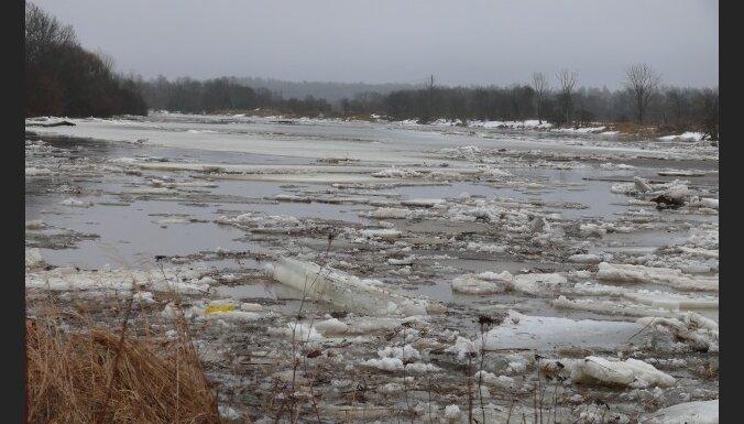 Lielākajās Latvijas upēs turpinās ūdens līmeņa paaugstināšanās