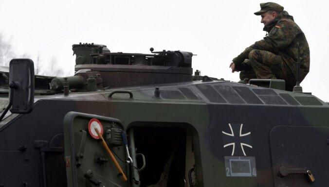 Министр обороны ФРГ за более жесткий курс в отношении России