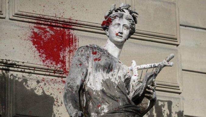 Foto: Demonstranti 'izdekorē' Ženēvas centru