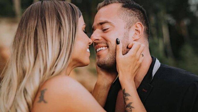 Fitnesa skaistulis Rumpis ļaujas jutekliskai fotosesijai ar līgaviņu