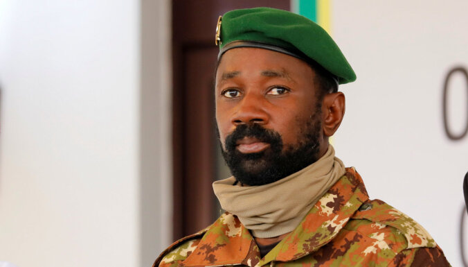 Mali pēc arestēto līderu atkāpšanās par prezidentu sevi pasludina pulkvedis Goita