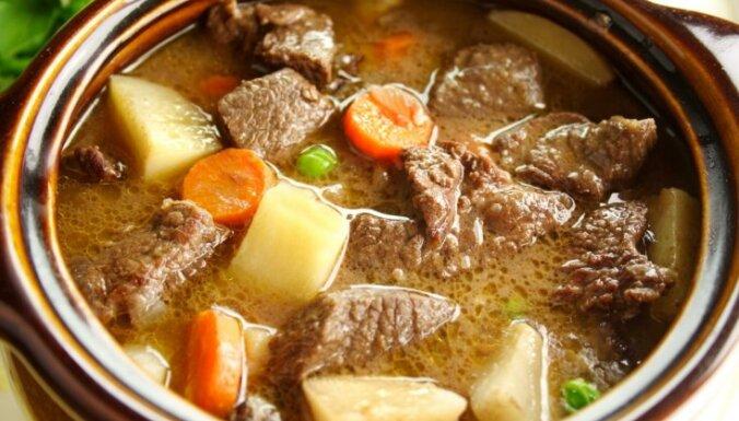 15 sātīgi gaļas sautējumi, kas palīdzēs sasildīties pēc ziemas prieku baudīšanas