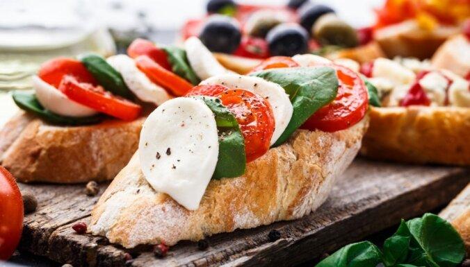 Mocarella – svaigiem salātiem un kraukšķīgām siermaizēm: 10 idejas vieglām maltītēm