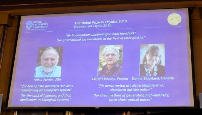 Nobela prēmija fizikā piešķirta trim zinātniekiem par ieguldījumu lāzerfizikā