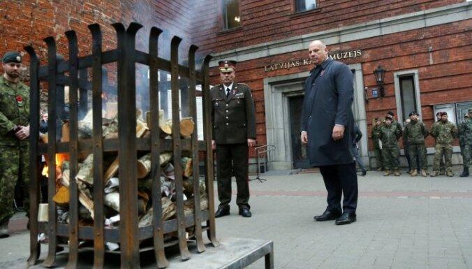 Foto: Brīvības cīnītājiem par godu pie Kara muzeja iededz ugunskuru