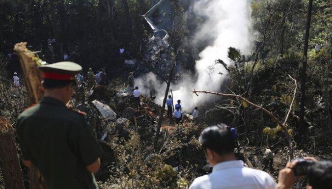Laosā nogāžas militārā lidmašīna; bojā gājuši arī divi ministri