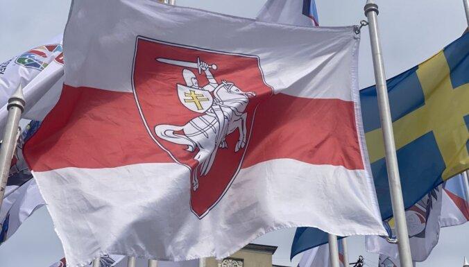Rīgā PČ hokejā valstu karogu vidū Baltkrievijas karogs nomainīts uz balti sarkano karogu
