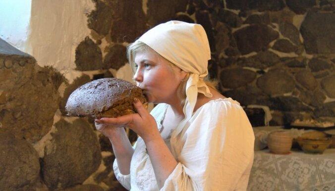 Latvieši ir stipri ļaudis, jo ēd stipru maizi. Ilzes Briedes stāsts par rupjmaizes cepšanu