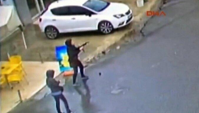 Nošautas divas kaujinieces, kuras uzbrukušas policijas iecirknim Stambulā