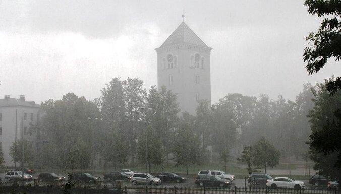 ФОТО, ВИДЕО. Центральные районы Латвии накрыла мощная гроза с градом: в Елгаве затоплены улицы