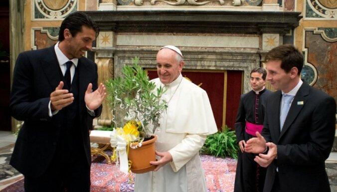 Par katriem gūtiem vārtiem Amerikas kausā - 10 tūkstoši dolāru Romas pāvesta un FIFA kopējā labdarības fondā