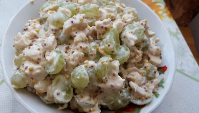 Vārītas vistas salāti ar vīnogām
