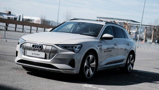 Foto: Latvijā prezentēts 'Audi' elektriskais apvidnieks 'e-tron'