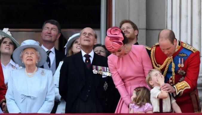 Foto: Lielbritānija un karaliskā ģimene bauda 'Krāsu maršu'