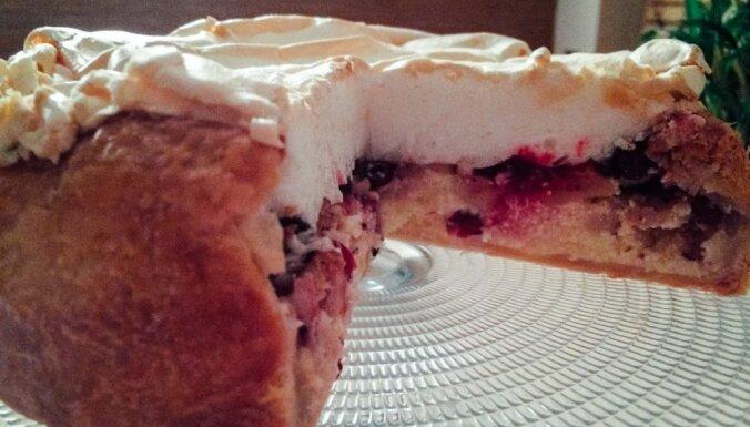 Sulīgā biezpiena kūka ar āboliem un paukšķošu bezē