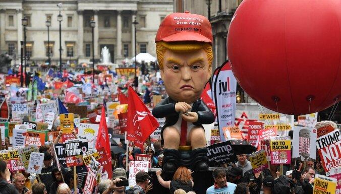 Foto: Londonā protestē pret Trampa vizīti; prezidents to sauc par 'mazu grupu'