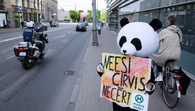 Протесты против строительства здания СГБ: на пикет вдоль ул. Бривибас вышли 400 человек