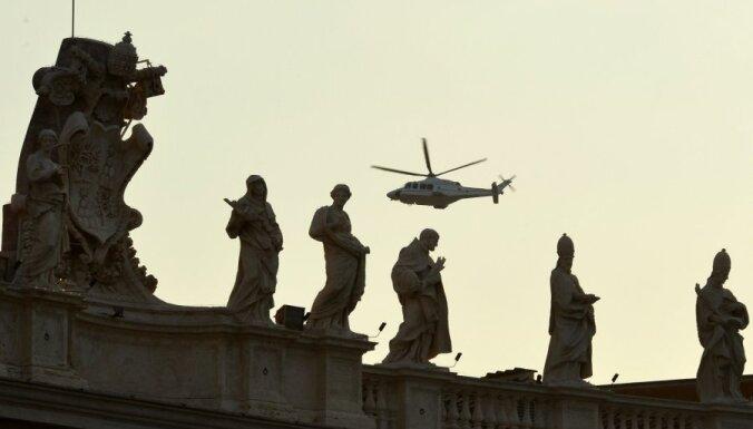 Benedikts XVI ar helikopteru pamet Vatikānu (foto)