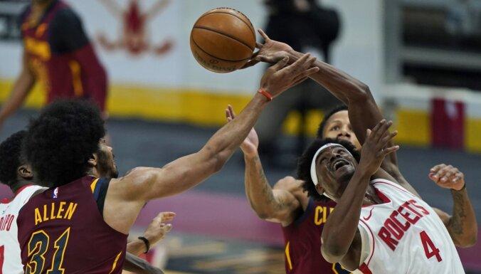 Kurucs atkal paliek uz soliņa; 'Rockets' turpina krist bedrē