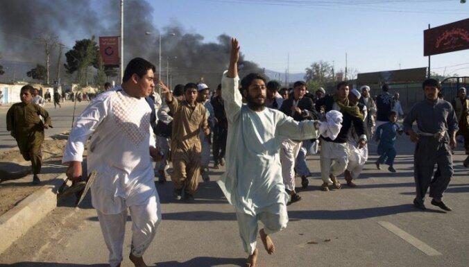 Afganistānā demonstranti apmētā Bundesvēra nometni ar rokasgranātām