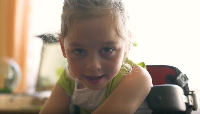 """""""Дочку доставали щипцами"""". 6-летней Веронике Соболевой из Даугавпилса нужны средства на обследование и лечение"""