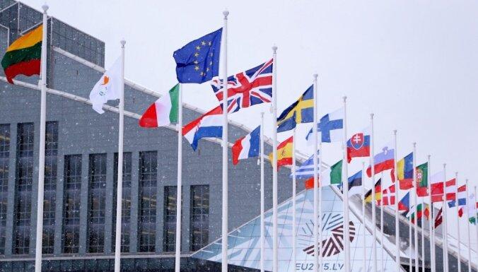 ФОТО: у Замка света торжественно подняты флаги ЕС и стран-участниц