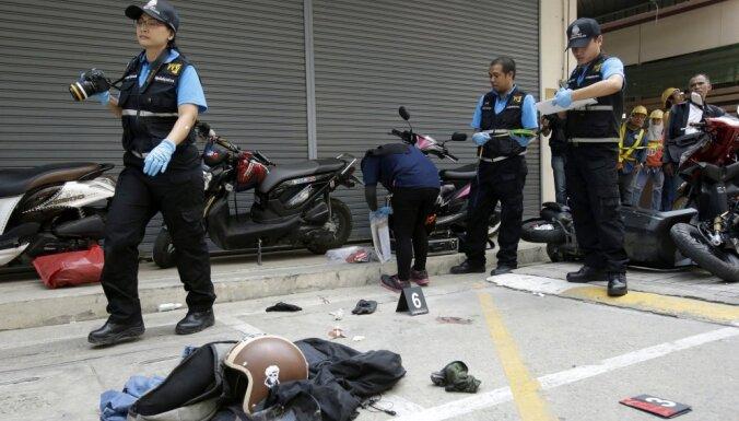 Ar rotaļlietām bruņoti Ķīnas mongoļi iebrūk Bangkokas ieroču veikalā; viens miris