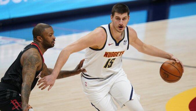 Jokičs ar 'triple double' kaldina 'Nuggets' uzvaru pār 'Rockets'